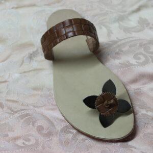 Sandalo in cuoio  marrone con fiore