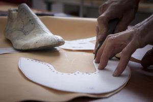 2e6dc8bd35cb5e Il processo di lavorazione e di creazione di scarpe artigianali su misura  consta di moltissime ore di lavoro